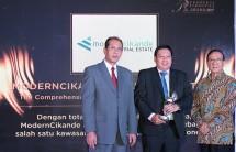 Pascall Wilson, Direktur Utama PT Modern Industrial Estat (Tengah) saat menerima penghargaan Properti Indonesia Award 2017 yang diserahkan oleh Dr. Ir Akbar Tandjung (Menteri Negara Perumahan Rakyat periode 1993-1998) yang didampingi oleh Said Mustaf