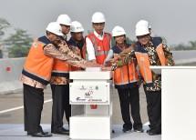 Presiden Jokowi didampingi sejumlah menteri, Gubernur DKI, dan Wagub Jabar, meresmikan beroperasinya Jalan Tol Becakayu Seksi 1B dan 1C, Jumat (3/11) pagi. (Foto: AGG/Humas)