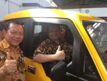 Menteri Perindustrian, Airlangga Hartarto saat mencoba Mobil Pedesaan Mahesa