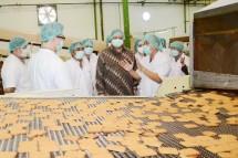 Menteri Perindustrian Airlangga Hartarto berkunjung ke pabrik Tiga Pilar Sejahtera