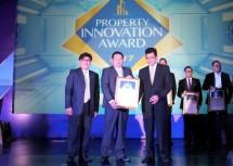 Pascall Wilson, Direktur Utama PT Modern Industrial Estat (2 dari kiri) saat menerima penghargaan The Best Innovation in Property Product Concept pada ajang Property Innovation Award 2017
