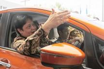Menteri Perindustrian, Airlangga Hartarto saat mencoba Mobil listrik Nissan Note e-Power