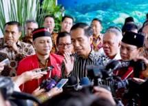 Presiden Jokowi memberikan keterangan kepada pers usai membuka kongres ke-20 GMNI di Manado, Sulawesi Utara, Rabu (15/11) siang. (Foto: BPMI)