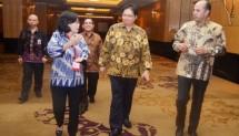 Menteri Perindustrian Airlangga Hartarto didampingi Sekjen Kemenperin Haris Munandar