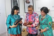 Dirjen IKM Kemenperin, Gati Wibawaningsih bersama Ketua Kadin Provinsi DKI Jakarta, Eddy Kuntadi, serta Direktur IKM Kimia, Sandang, Aneka dan Kerajinan Kemenperin, E. Ratna Utarianingrum (Foto: Biro Humas)