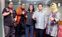 Panitia semiloka Kampanye film nasional, Kholid Fathoni,(kedua kanan) Kepala Tata Usaha Pusbangfilm ( Foto AMZ)