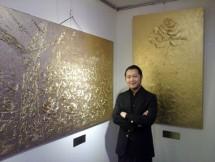 Jimmy Sutopo pemilik GAC Gallery dengan lukisan emas karya Kim ll Tae asal Korea. (Foto Dok Industry.co.id)
