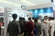 Pengunjung pameran manufaktur di booth Siemens