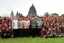 Presiden Jokowi berfoto bersama peserta Apel Kebangsaan Pemuda Islam Indonesia di pelataran Candi Prambanan, Sabtu (16/12). (Foto: BPMI)