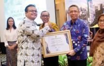 Wali Kota Pontianak, Sutarmidji meraih penghargaan Leadership Award 2017 (dok INDUSTRY.co.id)