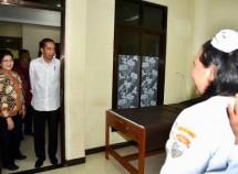 Presiden Jokowi saat mengunjungi RSUD di Nabire, Provinsi Papua, Kamis (21/12). (Foto: BPMI)