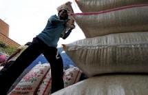 Ilustrasi kuli muat beras. (Jewel Samad/Getty Images)