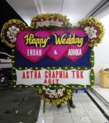 Salah satu karangan bunga papan ucapan berbahagia dari PT Astra Graphia Tbk (ASGR) bagi pasangan yang menikah. Bunga papan ini dibuat Arif di emperan pertokoan dan perkantoran di Jakarta Pusat (Foto Abe)