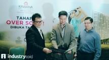 Presiden Direktur Jababeka Residence Sutedja S Darmono (tengah) menunjukkan maket pengembangan Jababeka Residence kepada media di Jakarta (dok INDUSTRY.co.id)