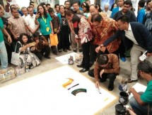 Chairman Jababeka Group SD Darmono sedang melukis di pameran Indonesia Art Exhibition