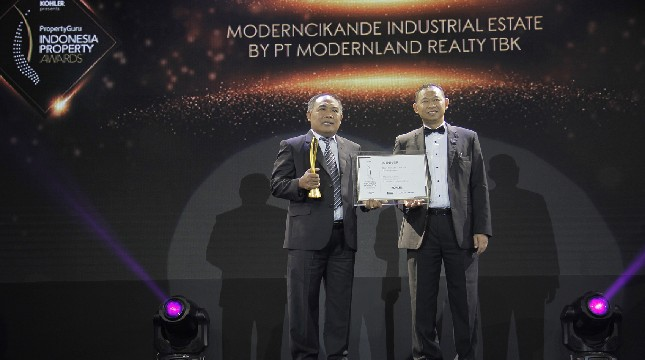 Operational General Manager PT Modern Industrial Estat, I Wayan Satia saat menerima penghargaan Property Awards 2019