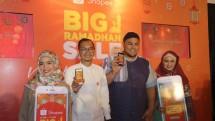 Rezki Yanuar, Brand Manager Shopee dan Ivan Gunawan, saat jumpa pers Big Ramadhan Sale 2018 di The Hook Restaurant, Jakarta. (Dina Astria/Industry.co.id)