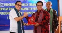 Ketua Umum Lembaga Pengembangan CSR Indonesia (LPCI) Teten Indra memberikan Plakat kepada Kepala Bapeda Daerah Istimewa Yogyakarta Budi Wibowo SH Msi