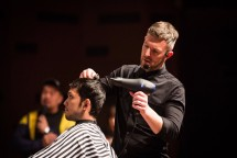 Alan Beak seorang barber profesional