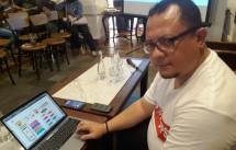 Co-Founder AyoJagaTPS.com Mochammad James Falahuddin memperlihatkan hasil pengiriman data relawan