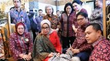 Menteri Perindustrian Airlangga Hartarto bersama Ibu Wapres Mufidah Jusuf Kalla seusai pembukaan Gelar Batik Nusantara 2019