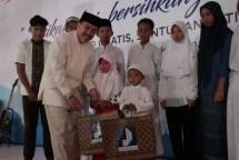 Dirut Perum Jamkrindo Randi Anto memberikan santunan Yatim di Jakarta