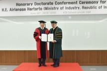 Menteri Perindustrian Airlangga Hartarto saat menerima gelar Doktor Honoris Causa dari KDI School of Public Policy Korea Selatan