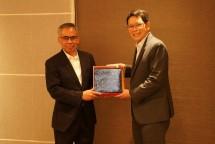 Ketua Dewan Komisioner OJK Wimboh Santoso bersama Gubernur BoT Thailand