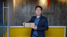 Oliver Yang, Chief Executive Officer, Jet Commerce menunjukkan kemasan paket Jet Commerce di kantor pusat, Jakarta.(Ist)