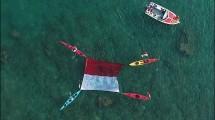Pengibaran bendera di tengah laut Tanjung Lesung