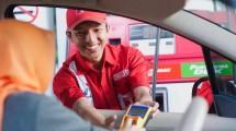 Karyawan Pertamina melayani pelanggan yang melakukan pengisian BBM di SPBU.(Ist)