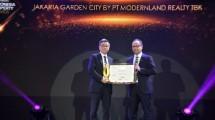 Managing Director Business Development & Marketing PT Modernland Realty Tbk., David Iman Santosa yang mewakili township Jakarta Garden City saat menerima penghargaan Property Awards 2019