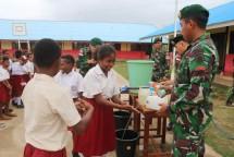 Satgas Yonif 411 Kostad Gelar Cara Cuci Tangan Pakai Sabun di Sekolah Perbatasan