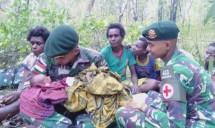 Anggota Satgas Pamtas RI-PNG Yonif 411 Kostrad Bantu Proses Persalinan di Tengah Hutan