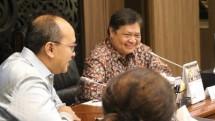Menteri Koordinator Bidang Perekonomian Airlangga Hartarto bersama Ketua Umum Kadin Rosan P. Roeslani