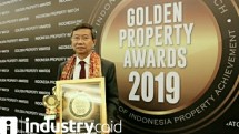 Founder & Chairman Jababeka Group Setyono Djuandi Darmono saat menerima Lifetime Achievement Award dalam ajang Golden Property Awards 2019 (Foto: Dok.Industry.co.id)