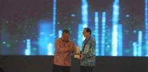 Presiden Direktur BCA Jahja Setiaatmadja (kanan) menerima penghargaan Bank dengan Kepatuhan Pelaporan Keuangan Terbaik yang diserahkan oleh Gubernur Bank Indonesia Perry Warjiyo (kiri) dalam ajang Bank Indonesia Award 2019 di Jakarta
