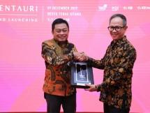 Direktur Utama Telkom Ririek Adriansyah (kiri) menyerahkan cindera mata kepada Wakil Menteri Luar Negeri RI Mahendra Siregar.