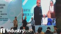 Sekjen Kemenperin Achmad Sigit Dwiwahjono saat memberikan penghargaan industri hijau (Foto: Ridwan/Industry.co.id)