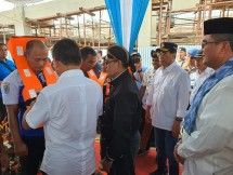 IKA ITS menyumbangkan 1.400 jaket pelampung untuk digunakan dalam pelayaran rakyat yang beroperasi di Pelabuhan Kali Adem, Muara Angke, Jakarta Utara.