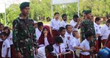 Satgas Yonif 755 Kostrad dan Anak-Anak Disabilitas Laksanakan Upacara Bendera