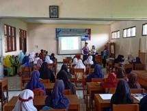JAMKRINDO MENGAJAR-Salah satu peserta Program Magang Mahasiswa Bersertifikat (PMMB) Jamkrindo Mengajar melaksanakan edukasi mengenai lingkungan di SDN Batusapi, Palabuhanratu, Kabupaten Sukabumi, Jawa Barat, Jumat 14 Februari 2020.