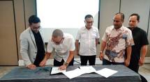 Penandatanganan Kontrak kerja sama oleh CEO Grup Amindotek Aryo Maulana dan Presiden Direktur PT Bukit Prima Bahari Rafli Yandra disaksikan oleh Direktur Amindotek Jeffry Ardiansyah, serta Direktur PT Bukit Prima Bahari Feri Kiswondo dan Donna Dadang