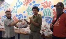 Andi Arif selaku kordinator Peduli Jurnalis ( tengah) menerima secara simbolis bantuan dari Wings Group.