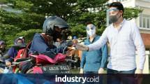 President Director Jababeka Residence Suteja S. Darmono saat ikut serta membagikan hand sanitizer dan masker kepada masyarakat sekitar (Foto: Dok. Industry.co.id)