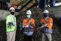 Direktur Produksi SIG, Benny Wendry (tengah) dan Direktur Utama SBI, Aulia Mulki Oemar (kiri), Direktur Manufaktur SBI, Lilik Unggul Raharjo (kanan) menunjukkan sampah yang akan diolah menjadi bahan bakar alternatif (Refuse Derived Fuel).