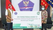 Kepala Satuan Tugas Penanganan Covid-19, Doni Monardo secara simbolik menerima CSR donasi Imugard dari Chief Executive Officer Deltomed Laboratories, Muljo Rahardjo.