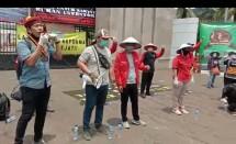 Ketua Lembaga Agraria dan Kemaritiman Pengurus Pusat Perhimpunan Mahasiswa Katholik Republik Indonesia (PP PMKRI) Alboin Samosir (pakai baret merah, kiri) orasi saat unjuk rasa bersama elemen lainnya, memperingati 60 tahun Undang-undang Pokok Agraria, di depan gedung DPR RI, Kamis (24/9/2020).