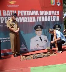 Pepen Nazaruddin (Direktur Jenderal Perlindungan dan Jaminan Sosial) Pepen Nazaruddin (Direktur Jenderal Perlindungan dan Jaminan Sosial)meletakkan batu pertama Tugu Pelopor Perdamaian Indonesia di Kompleks Taman Kehati