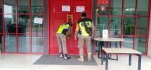 Petugas Membuka Segel OYO Townhouse 2 yang Telah Selesai Disterilisasi dan Siap dibukaKembali untuk Umum